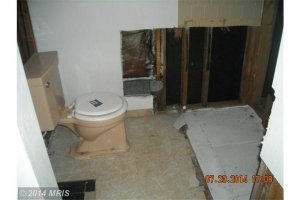 Bathroom Before Speedy Home Buyers, LLC purchased.