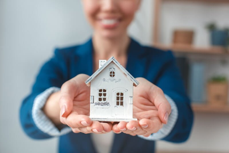Woman determining the value of an Atlanta home