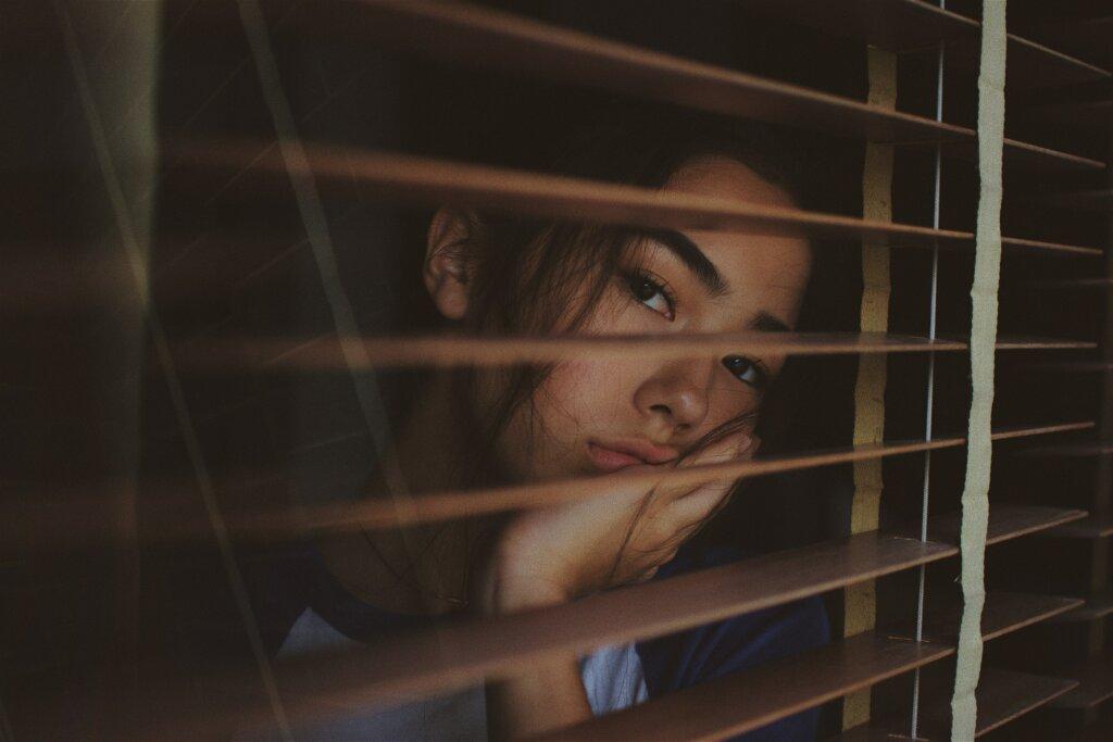 5 Ways Foreclosure Will Impact - upset women