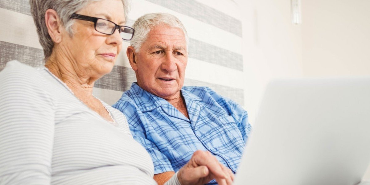 5 Creative Ways To Sell Your Land Online | old couple on computer