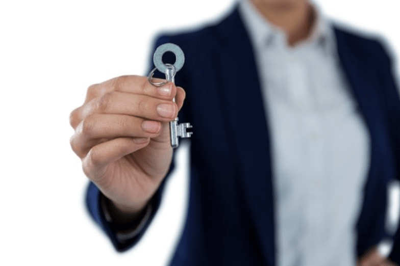 Benefits of Hiring An Agent Over An FSBO- Agent holding key