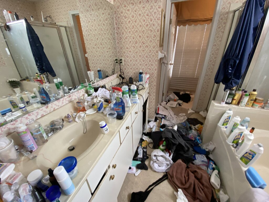 Tips For Decluttering Your Home Before It Goes On The MLS in Cincinnati- Messy Bath