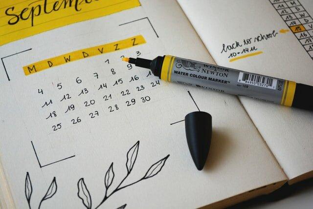 Calendar with highlighted weekdays.