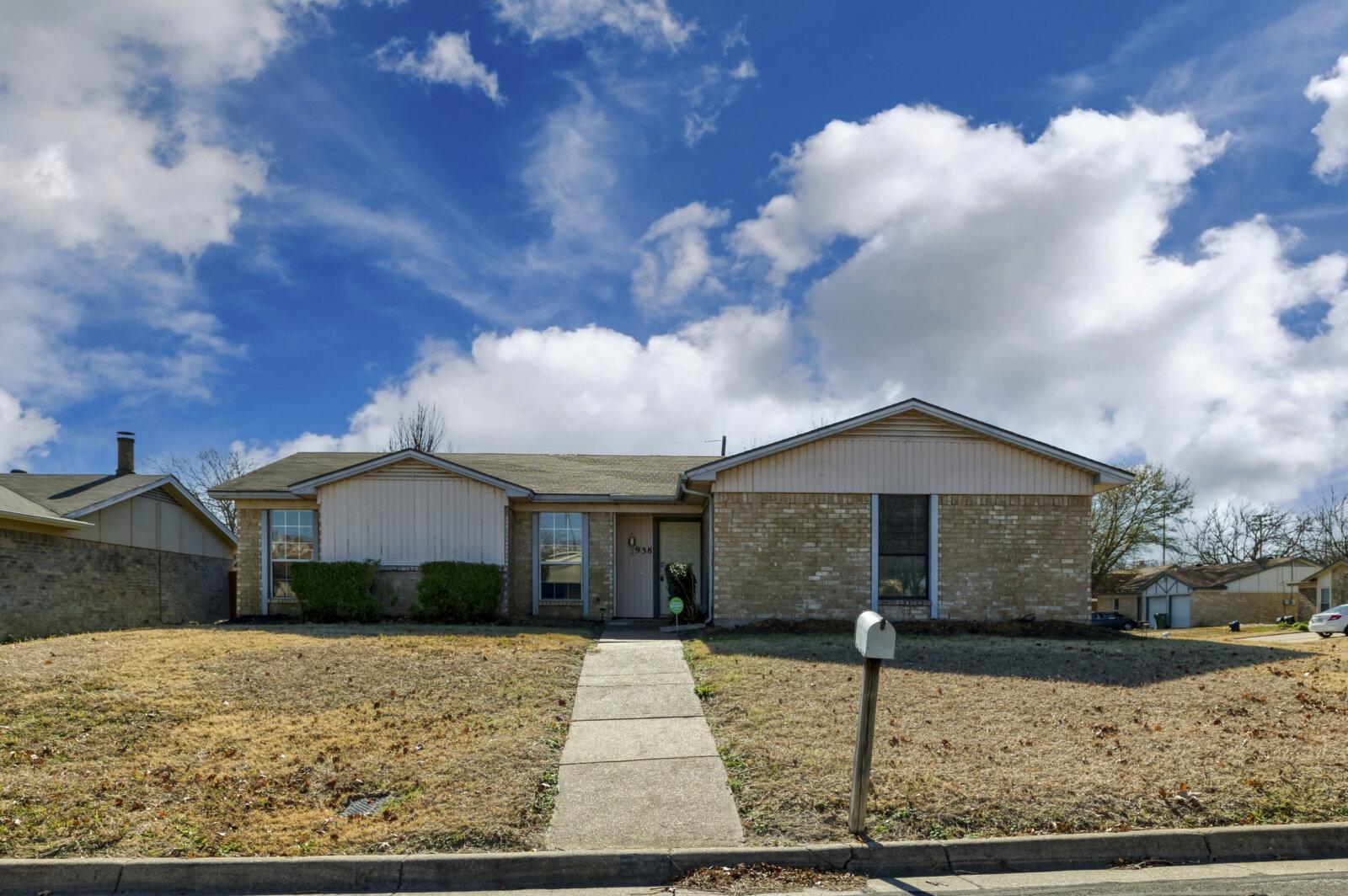For Sale: 938 Highcrest Dr, Arlington TX