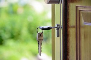 "<img src=""house keys.jpeg"" alt=""Selling house without a realtor"">"