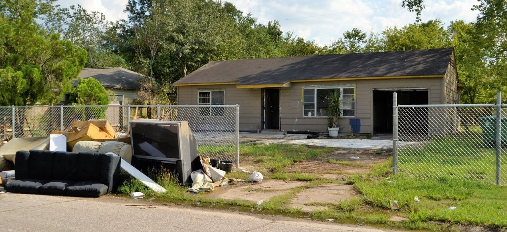 How To Sell Your House in Reno When The Property Next Door Is An Eyesore