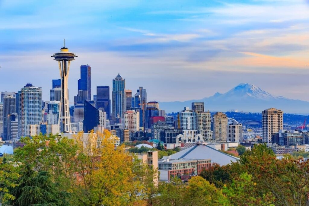 Skyline view of Seattle with the space needle and Mount Rainer in the backdrop.