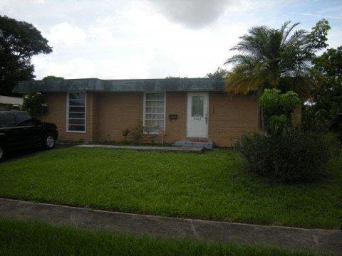 7902 NW 69th Ave Tamarac, FL 33321