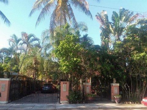 916 Almeria Rd West Palm Beach, FL 33405, USA