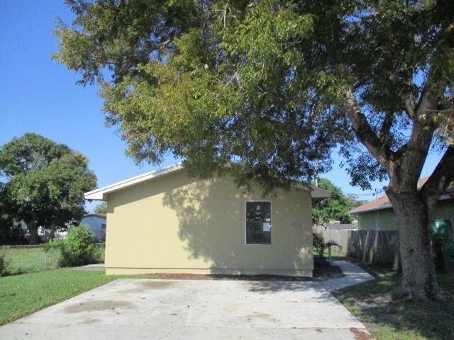 1316 W 32nd St Riviera Beach, FL 33404