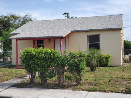 562 W 4th St Riviera Beach, FL 33404