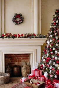 Avoid excessive decorations when selling your house during the holidays