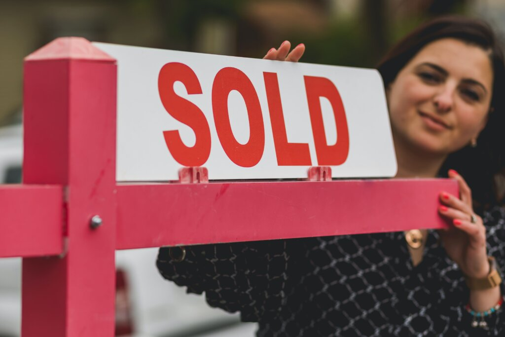 How to sell your house when moving image