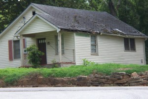 cashhomebuyersAtlanta.com-house-overgrown-yard-damaged-roof